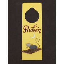 Cuelga puertas amarillo gato. 8x24cm.